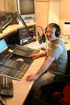 Sander Lindenburg in de studio van Radio538. Naast journalist is hij dj/muzieksamensteller voor webradiostation Hit100.nl, webdesigner voor Solo Media.com, nieuwsgierig reiziger voor Elke Dag Vakantie.nl en houdt hij van fotograferen en filmen.