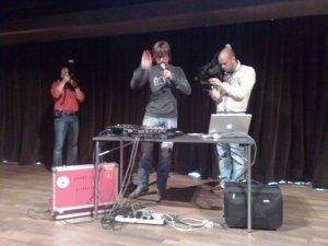 Chiel Beelen demonstreert zijn jinglebox.