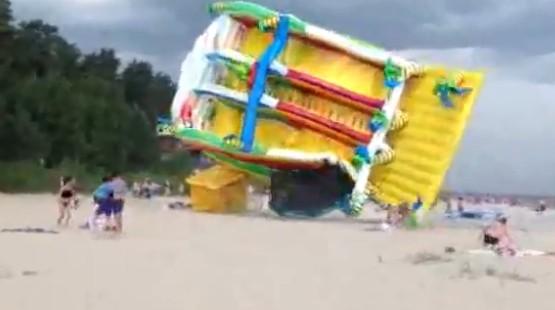 Killer-glijbaan waait over strand